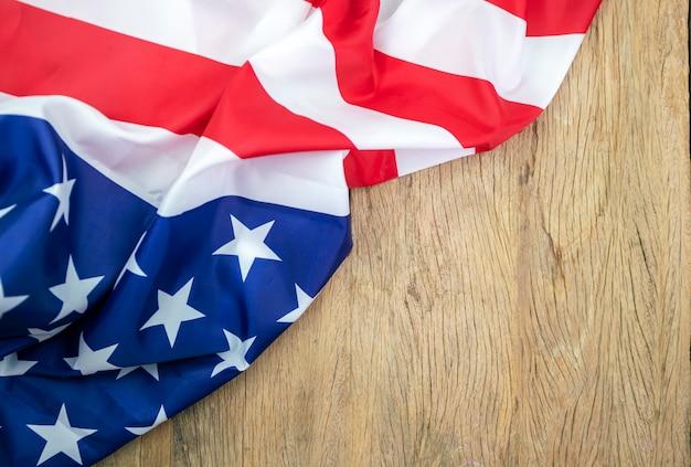 Bandiere americane su legno vecchio per lo sfondo
