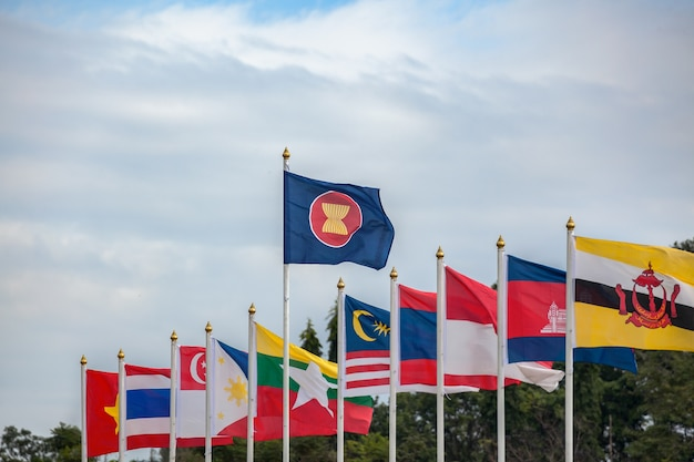 Bandiere della comunità economica dell'asean, paesi dell'asia sudorientale e sfondo del cielo
