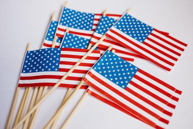 Bandiere di carta in miniatura usa. bandiera americana su sfondo bianco.