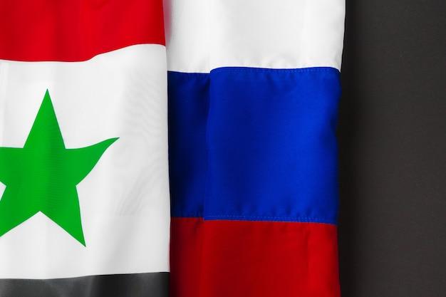 Bandiere di russia e siria insieme sul nero