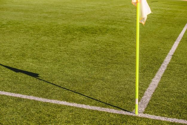 Bandiere su un campo da calcio, fermata e concetto di avvertimento