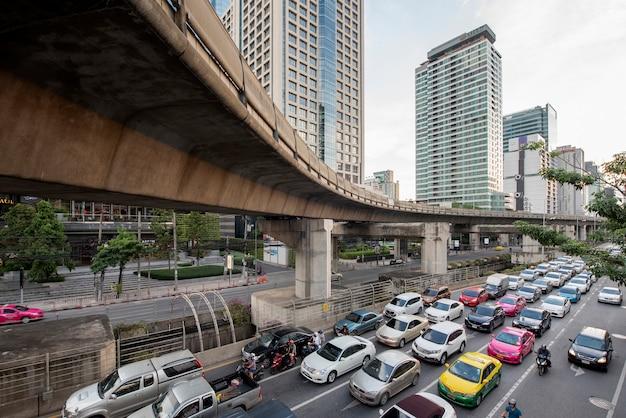 Bangkok, tailandia. ingorgo stradale sulla strada di sathorn