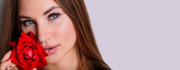 Banner close-up ritratto di donna bellissima modella con rosa rossa in mano