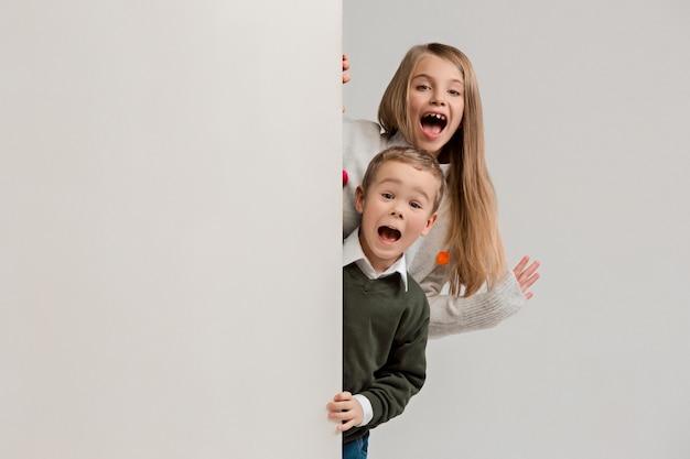 Banner con bambini sorpresi che danno una occhiata al bordo