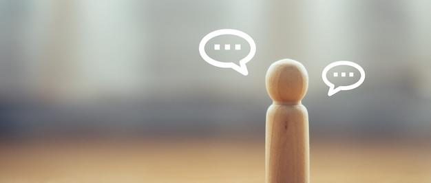 Banner del modello di bambola di legno con icona del segno di bolla di discorso per il social distanza
