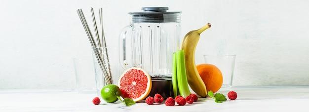 Banner di bicchiere vuoto frullato frullatore ciotola e ingredienti sul tavolo. tubi metallici non usa e getta. cibo sano.