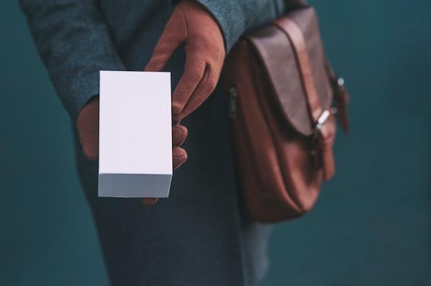 Banner lungo con mock up una scatola bianca da uno smartphone.