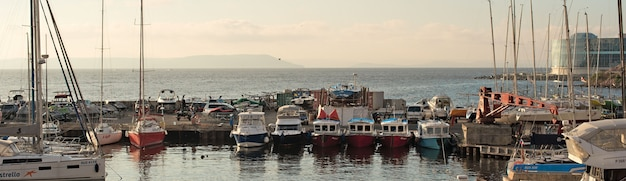 Banner marine park per imbarcazioni sulla riva del mare del giappone.