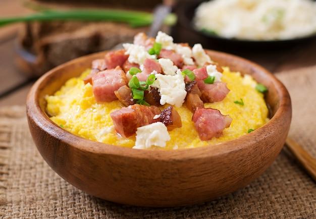 Banosh - farina ucraina di hutsul (porridge di mais) con pancetta, ciccioli e formaggio