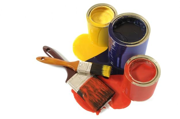 Barattoli di vernice e pennelli