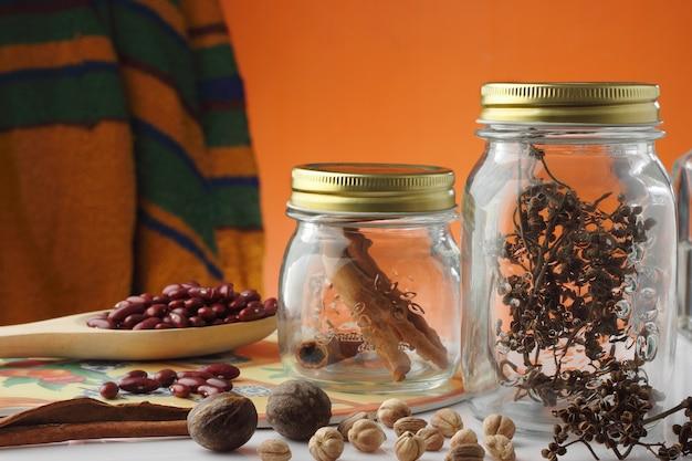 Barattoli di vetro delle spezie sul tavolo da cucina