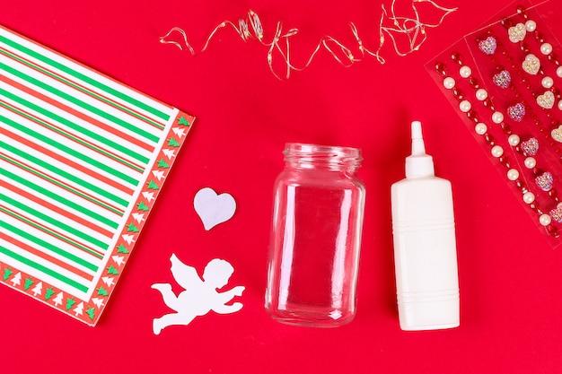Barattolo di fata fai da te su sfondo rosso. idee regalo, arredamento 14 febbraio, san valentino, amore.