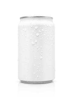 Barattolo di latta d'imballaggio in bianco della bevanda con le gocce di acqua isolate