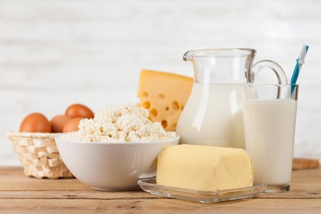 Barattolo di latte sul tavolo di legno
