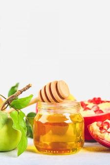 Barattolo di miele con frutta