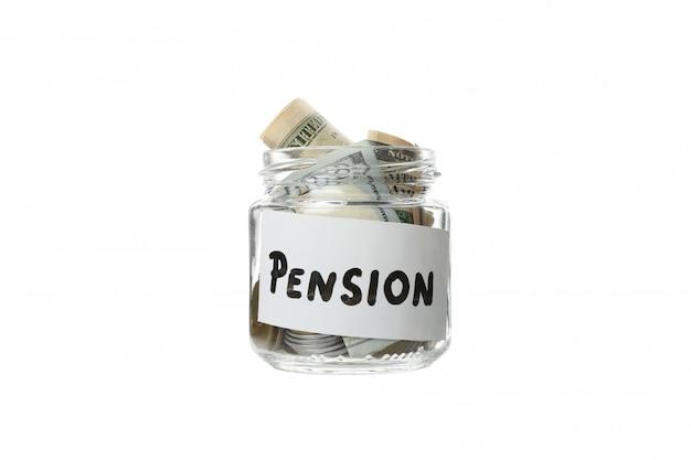 Barattolo di vetro con la pensione e l'iscrizione pensione isolata su bianco