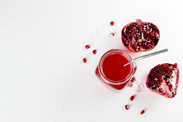 Barattolo di vetro con succo di melograno