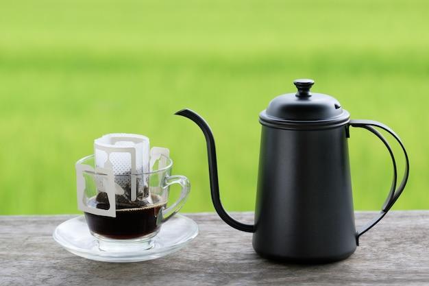 Barattolo e tazza di caffè espresso, caffè fatto in casa in stile