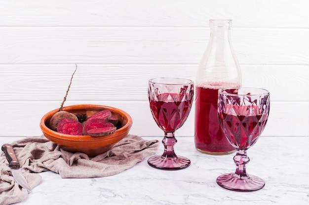 Barbabietole affettate e succo rosso in bicchieri di vino