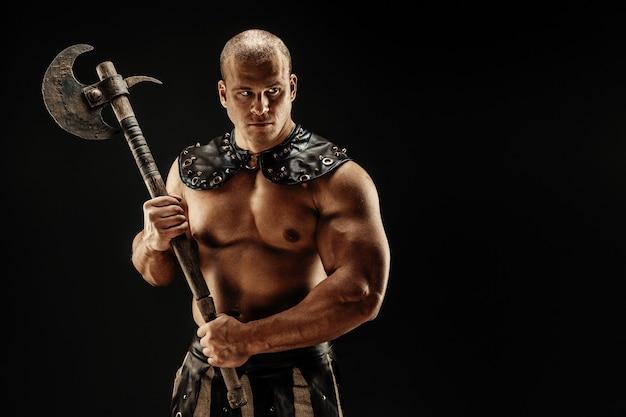 Barbaro severo in costume di cuoio con martello