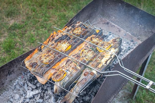 Barbecue all'aperto con pesce grigliato