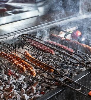 Barbecue caldo con salsiccia all'aria aperta