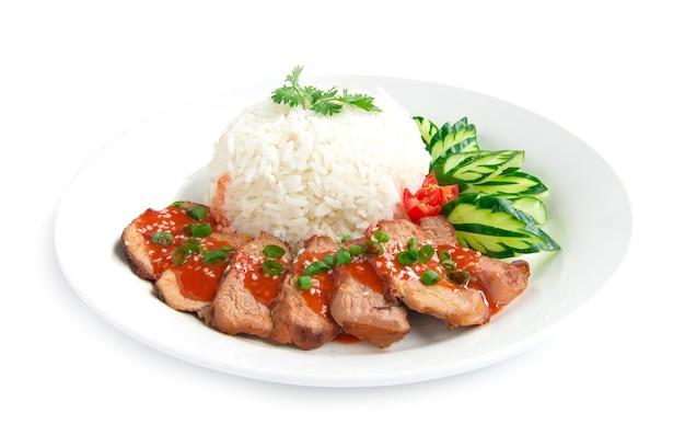 Barbecue carne di maiale rossa in salsa dolce su sesamo superiore con riso