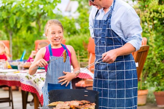 Barbecue con la famiglia in giardino