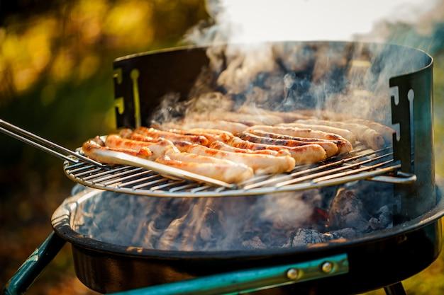 Barbecue con salsicce alla griglia