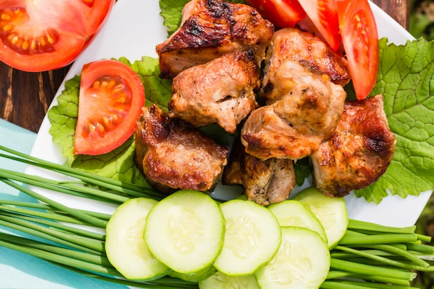 Barbecue con verdure fresche su un piatto, vista dall'alto