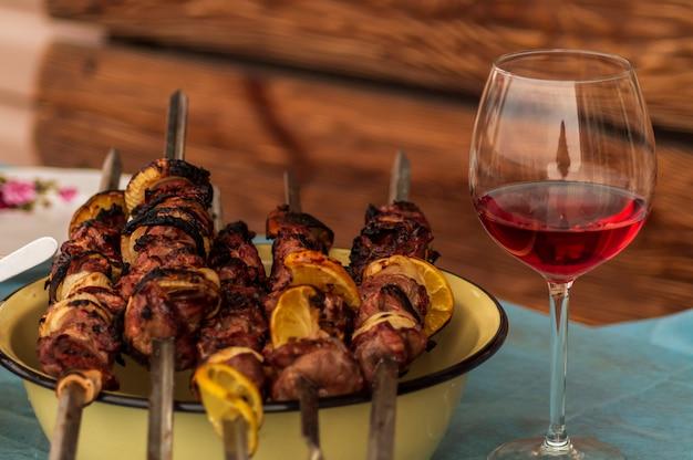 Barbecue di maiale con spezie, un bicchiere di vino rosso