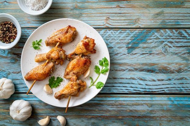 Barbecue di pollo alla griglia con pepe e aglio