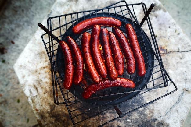 Barbecue di salsicce grigliate griglia fumo di vista dall'alto