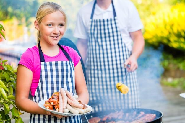 Barbecue per famiglie insieme sulla terrazza