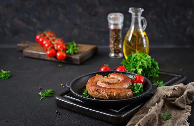 Barbecue salsiccia fatto in casa. menu pic-nic. cibo festivo