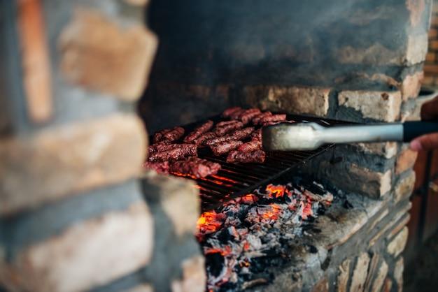 Barbecue sulla pietra camino all'aperto. avvicinamento.