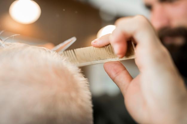 Barbiere che fa il cliente di taglio di capelli