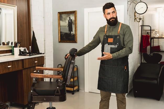 Barbiere che invita a tagliare i capelli nel salone