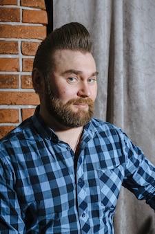 Barbiere, un uomo con la barba tagliata da parrucchiere.