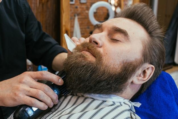 Barbiere, un uomo con la barba tagliata dal parrucchiere