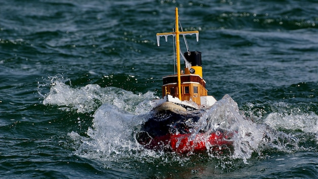 Barca a distanza in acqua con uno sfondo sfocato