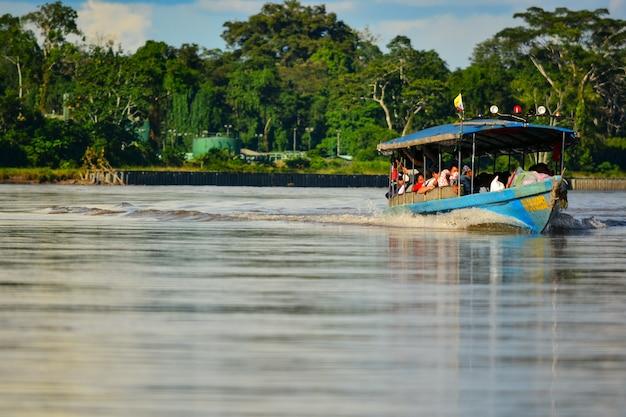 Barca a motore che accelera sul fiume
