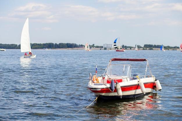 Barca a motore ormeggiata a riva, vicino alla città di volgograd