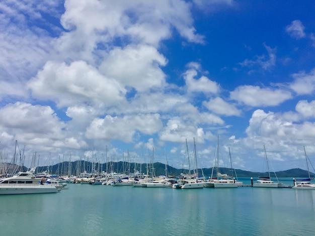 Barca a vela, molti bellissimi yacht a vela ormeggiati nel porto marittimo
