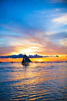 Barca a vela nel fantastico tramonto nell'isola di boracay