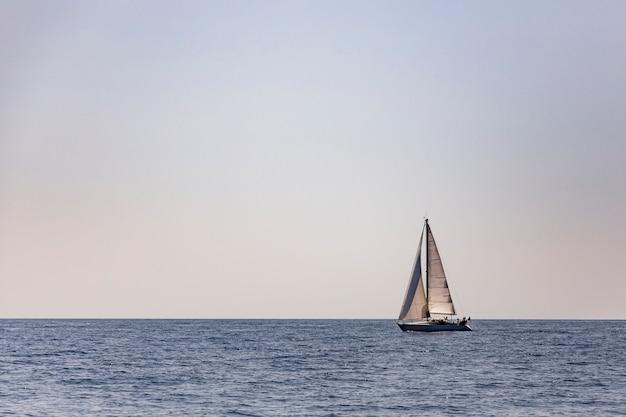 Barca a vela nel mare di capri, italia.