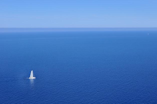 Barca a vela nell'oceano