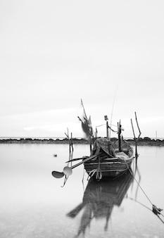 Barca da pesca galleggiante in riva al mare nell'isola di samui, thailandia
