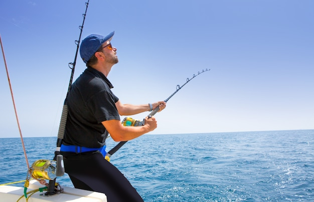 Barca da pesca in mare aperto del blu mare con pescatore