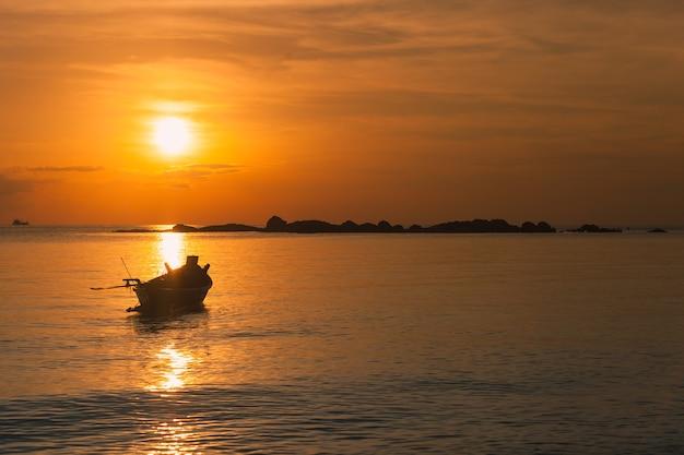Barca del pescatore con la scena di tramonto in koh phangan, surat thani, tailandia